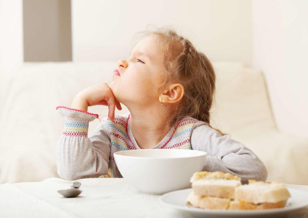Mädchen verweigert gesundes Frühstück